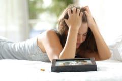 Moglie triste che manca il suo marito dopo il divorzio Immagine Stock