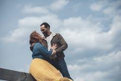 Mogna älska att omfamna för par som är utomhus- med mjukhet royaltyfri foto