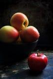 Mogna äpplen på en svart bakgrund Arkivfoto