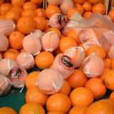Mogna apelsiner i en marknad Arkivfoto