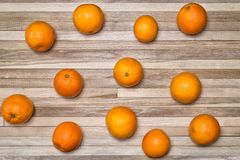 Mogna apelsiner på en träyttersida som göras av små ekplankor Arkivfoto
