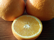 Mogna apelsiner på trätabellen Arkivbild