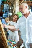 Mogna Art Teacher Working med ungar i studio arkivbild