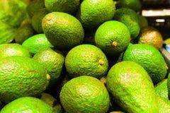 Mogna avokadon i supermarket royaltyfria bilder