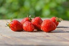 Mogna bär av jordgubben på en tabell Arkivbild