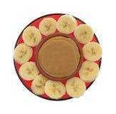 Mogna bananskivor i en cirkel runt om jordnötsmör Royaltyfria Foton