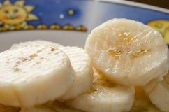 Mogna bananskivor på plattan royaltyfri fotografi
