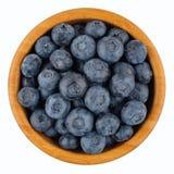 Mogna blåbär i träbunke fotografering för bildbyråer
