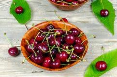 Mogna Cherry i en träbunke Royaltyfri Fotografi