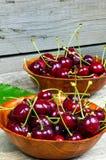 Mogna Cherry i en träbunke Arkivfoton
