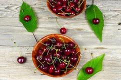 Mogna Cherry i en träbunke Arkivbilder