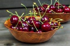 Mogna Cherry i en träbunke Royaltyfria Foton