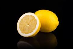 mogna citroner Isolerat på svart Fotografering för Bildbyråer