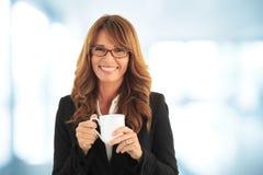 Affärskvinna som har en coffebreak Royaltyfri Bild