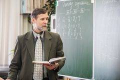 Mogna den manliga läraren som förklarar nytt ämne i physicis royaltyfri fotografi
