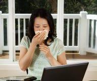 Mogna den sjuka kvinnan, medan arbeta hemifrån kontoret Royaltyfria Bilder