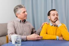 Mogna det allvarliga samtalet för fadern och för sonen royaltyfria bilder