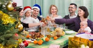 Mogna föräldrar med ungar som firar glad jul Royaltyfria Bilder