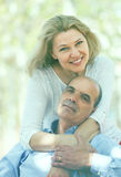 Mogna förälskat utomhus- för par Arkivbild