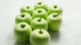 Mogna gröna äpplen i droppar stock video