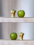 Mogna gröna äpplen och kärnor royaltyfri bild