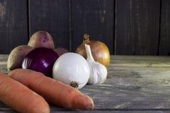 Mogna grönsaker på trätabellen Organisk mat från lantgård Arkivbild