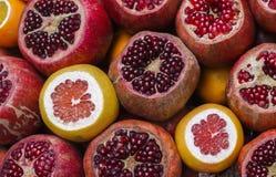 Mogna granatäpplen och grapefrukter Royaltyfri Foto