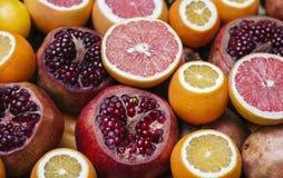 Mogna granatäpplen och grapefrukter Royaltyfria Foton