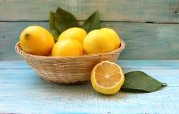 Mogna gula citroner i en korg royaltyfria bilder
