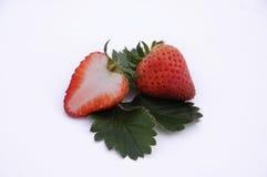 mogna jordgubbar för nya leaves Arkivbild
