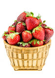 Mogna jordgubbar i en vide- korg som isoleras på en vit backgro Royaltyfri Fotografi