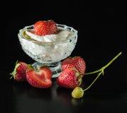 Mogna jordgubbar i glass Arkivbild
