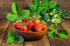Mogna jordgubbar på en trätabell royaltyfria bilder