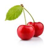 Mogna körsbärsröda bär med den gröna leafen som isoleras på vit Fotografering för Bildbyråer