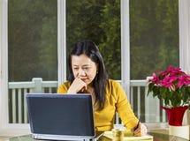 Mogna kontoret för kvinnaarbetet hemifrån Arkivbild