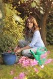 Härligt mogna att arbeta i trädgården för kvinna Fotografering för Bildbyråer