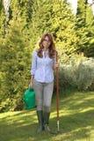 Härligt mogna att arbeta i trädgården för kvinna Royaltyfria Bilder
