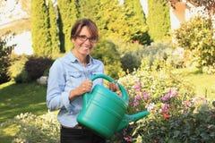 Härligt mogna att arbeta i trädgården för kvinna Royaltyfri Bild