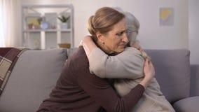 Mogna kvinnor som sörjer, kramar och stöttar sig, avskedsorgsenhet stock video