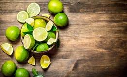 Mogna limefrukter i en bunke Royaltyfri Fotografi