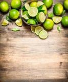 Mogna limefrukter i en bunke Royaltyfri Bild