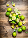 Mogna limefrukter i en bunke Arkivbilder