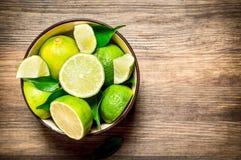 Mogna limefrukter i en bunke Arkivfoto
