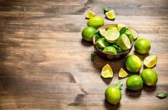 Mogna limefrukter i en bunke Royaltyfria Bilder