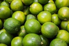 Mogna limefrukter på lantgårdmarknaden Arkivfoton