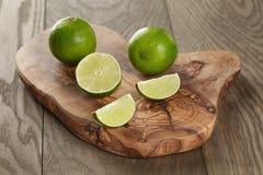 Mogna limefrukter på olivgrönt bräde Royaltyfri Foto