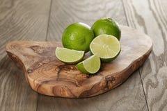Mogna limefrukter på olivgrönt bräde Royaltyfri Bild