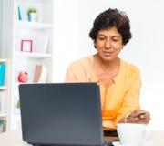 Mogna on-line shopping för den indiska kvinnan Fotografering för Bildbyråer