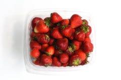Mogna ljusa röda mogna jordgubbar i en plast- packe Royaltyfri Bild