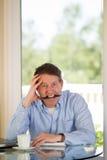 Mogna manen som är stressad på arbete Arkivfoton